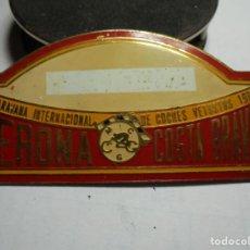 Pins de colección: MAGNIFICA PLACA INSIGNIA ESMALTADA CARAVANA INTERNACIONAL COCHES VETUSTOS GIRONA-COSTA BRAVA 1975. Lote 151392038