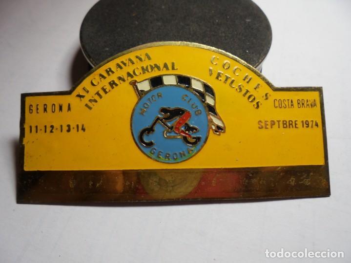 MAGNIFICA PLACA INSIGNIA ESMALTADA CARAVANA INTERNACIONAL COCHES VETUSTOS GIRONA-COSTA BRAVA 1974 (Coleccionismo - Pins)