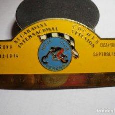 Pins de colección: MAGNIFICA PLACA INSIGNIA ESMALTADA CARAVANA INTERNACIONAL COCHES VETUSTOS GIRONA-COSTA BRAVA 1974. Lote 151393638