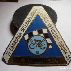 Pins de colección: MAGNIFICA PLACA INSIGNIA ESMALTADA CARAVANA INTERNACIONAL COCHES VETUSTOS GIRONA-COSTA BRAVA 1984. Lote 151393890