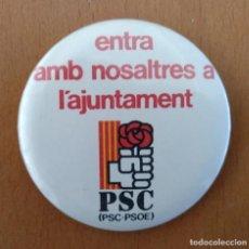 Pins de colección: CHAPA ENTRA AMB NOSALTRES A L'AJUNTAMENT PSC-PSOE BARCELONA DIAMETRO 6 CM (APROX). Lote 151931618