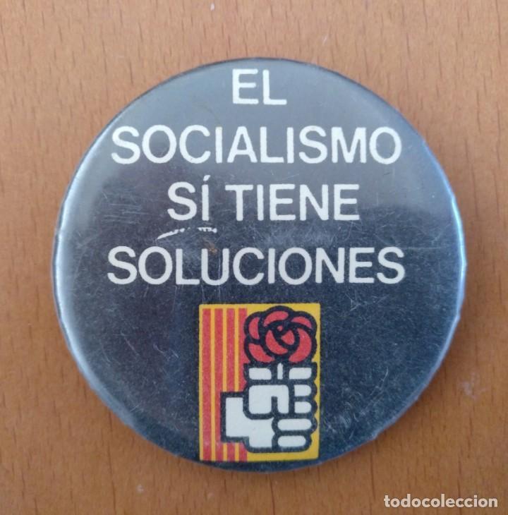 CHAPA EL SOCIALISMO TIENE SOLUCIONES P.S.C.- PSOE POLITICA DIAMETRO 6 CM (APROX) (Coleccionismo - Pins)