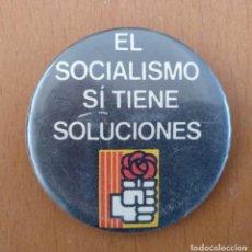 Pins de colección: CHAPA EL SOCIALISMO TIENE SOLUCIONES P.S.C.- PSOE POLITICA DIAMETRO 6 CM (APROX). Lote 151932486