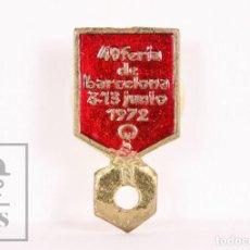 Pins de colección: ANTIGUA INSIGNIA DE SOLAPA / OJAL PUBLICITARIA - 40 FERIA DE BARCELONA. 3-13 DE JUNIO, 1972. Lote 156076826
