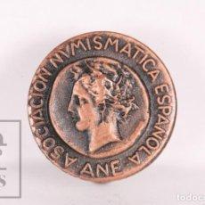 Pins de colección: ANTIGUA INSIGNIA DE SOLAPA / OJAL - ASOCIACIÓN NUMISMÁTICA ESPAÑOLA / ANE - DIÁMETRO 16 MM. Lote 156079666