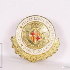 Pins de colección: ANTIGUA INSIGNIA DE SOLAPA / OJAL - CÍRCULO FILATÉLICO Y NUMISMÁTICO DE BARCELONA - MED. 20 X 18 MM. Lote 156080826
