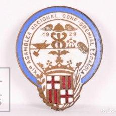 Pins de colección: INSIGNIA DE SOLAPA / OJAL ESMALTADA - XIª ASAMBLEA NACIONAL CONF-GREMIAL ESPAÑOLA - AÑO 1929. Lote 156083570