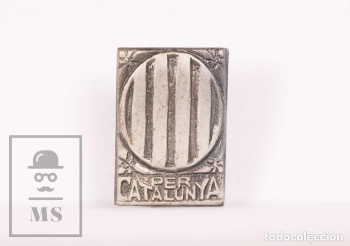 ANTIGUA INSIGNIA POLÍTICA DE AGUJA - PER CATALUNYA / CATALUÑA - TONO PLATEADO - GUERRA CIVIL (Coleccionismo - Pins)