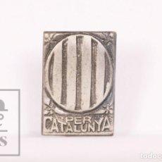 Pins de colección: ANTIGUA INSIGNIA POLÍTICA DE AGUJA - PER CATALUNYA / CATALUÑA - TONO PLATEADO - GUERRA CIVIL. Lote 156087866