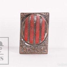 Pins de colección: ANTIGUA INSIGNIA POLÍTICA DE AGUJA - PER CATALUNYA / CATALUÑA - TONO COBRE Y ROJO - GUERRA CIVIL. Lote 156088382