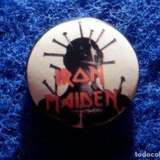 Pins de colección: CHAPA OCHENTERA - ANTIGUO PIN DE LOS AÑOS 80 - IRON MAIDEN - 25 MM.. Lote 157651142
