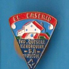 Pins de colección: INSIGNIA PARA OJAL O SOLAPA, EL CASERIO. QUESITOS. INDUSTRIA QUESERA MENORQUINA, MAHÓN.. Lote 158242574