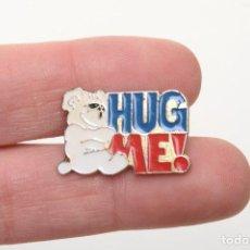 Pins de colección: PIN DE OSO DE PELUCHE HUG ME, PIN ESMALTE, PIN VINTAGE, AÑOS 80. Lote 158309358