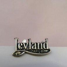 Pins de colección: INSIGNIA DE SOLAPA LEYLAND. Lote 158478860