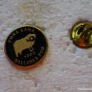 Pins de colección: PIN DE MARCAS DE ROPA. PURA LANA SALLARES DEU 1890. Lote 160358578