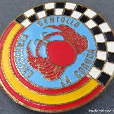 Pins de colección: INSIGNIA METAL Y ESMALTE ESCUDERÍA CENTOLLO SECCIÓN AUTOMÓVILES DEL MOTO CLUB LA CORUÑA AÑOS 50. Lote 162749354
