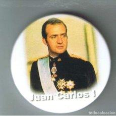 Pins de colección: JUAN CARLOS I DE BORBÓN REY DE ESPAÑA. CHAPA NUEVA DE 57 MM. Lote 167801408