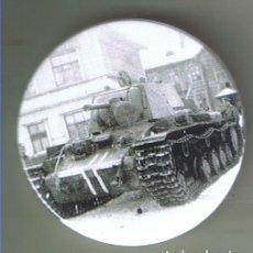 Pins de colección: KV-1 RUSO CAPTURADO DE 12ª PANZERDIVISION EN RUSIA. CHAPA NUEVA DE 57 MM. Lote 167919920