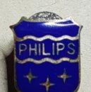 Pins de colección: ANTIGUA INSIGNIA OJAL RADIO PHILIPS EGAÑA MOTRICO. Lote 168127644