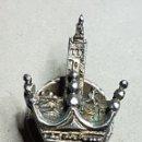 Pins de colección: ANTIGUA INSIGNIA OJAL PLATA SOBREDORADAS GIRALDA SEVILLA. Lote 168127712
