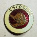 Pins de colección: ANTIGUA INSIGNIA ESCOGIDO. Lote 168128024