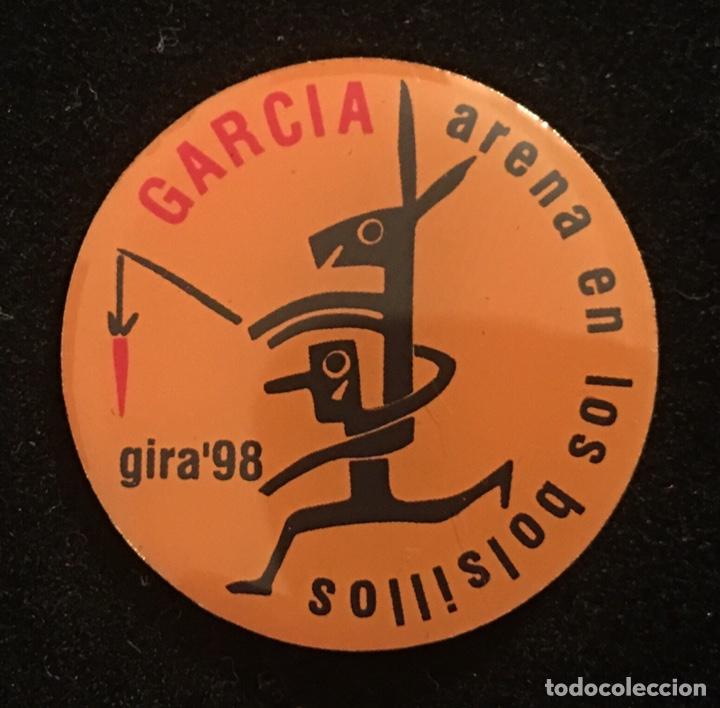 PIN MANOLO GARCÍA GIRA ARENA EN LOS BOLSILLOS 1998 (Coleccionismo - Pins)