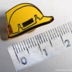 Pins de colección: PIN CASCO BOMBEROS BOMBERS. Lote 170872480