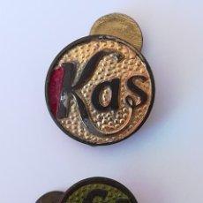 Pins de colección: 2 INSIGNIAS OJAL SOLAPA PUBLICIDAD KAS - PIN KAS. Lote 171677580