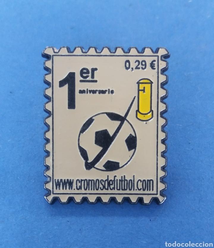 PIN DEL PRIMER ANIVERSARIO DE CROMOS DE FUTBOL (Coleccionismo - Pins)