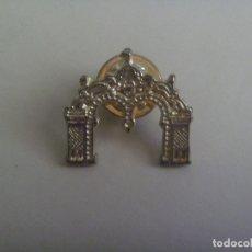 Pins de colección: FERIA DE SEVILLA : PIN DE LA PORTADA DE LA FERIA DE 2007 . PLATA O ALPACA (?). Lote 173569685
