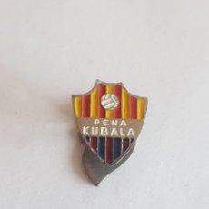 Pins de colección: INSIGNIA PIN SOLAPA BARCELONA PEÑA KUBALA 13X15MM. Lote 173795233