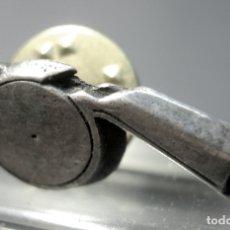 Pins de colección: PIN DE PLATA DE LEY 925 MARCAS CONTRASTE - SILBATO ARBITRO. Lote 174909922