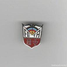 Pins de colección: PIN DE OJAL FEDERACION ESPAÑOLA DE TIRO CON ARCO. Lote 183879787