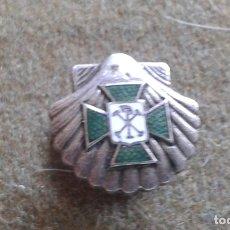 Pins de colección: INSIGNIA DE SOLAPA - CRUZ DE MALTA VERDE SOBRE CONCHA VIEIRA - ACCION CATOLICA - PLATA. Lote 175380273