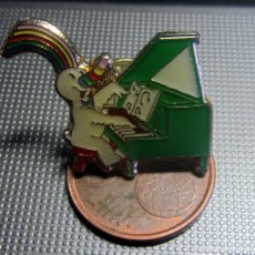 Pins de colección: PIN EXPO 92 CURRO PIANO UNIVERSAL SEVILLA 1992. Lote 175895570