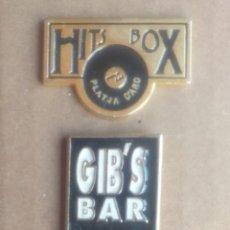 Pins de colección: LOTE DE 2 PINS DISCOTECA HITS BOX Y GIBS BAR PLATJA D ARO.. Lote 176286357