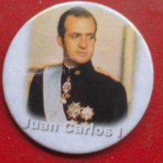 Pins de colección: JUAN CARLOS I DE BORBÓN REY DE ESPAÑA. CHAPA NUEVA DE 57 MM. Lote 177029032