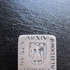 Pins de colección: INSIGNIA DE OJAL DEL ARCHIVO DEL MUSEO COMARCAL DE MONTBLANC 1958-1993 EN PLATA. Lote 177266025
