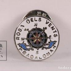 Pins de colección: PIN DE METAL - ROSA DELS VENTS BADALONA - MEDIDAS 2 CM (DIÁMETRO). Lote 177398640