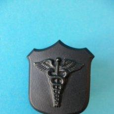 Pins de colección: PIN DE CADUCEO SOBRE METOPA DE ENGANCHE DOBLE - COMERCIO - CIENCIAS ECONÓMICAS. Lote 177488277