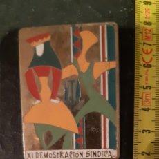 Pins de colección: INSIGNIA O PIN XI DEMOSTRACION SINDICAL . Lote 178747280
