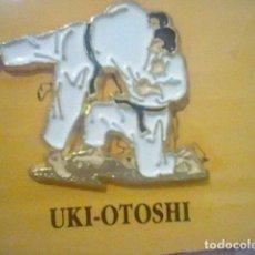 Pins de colección: JUDO UKI-OTOSHI TECNICA DE PIE PIN PINCHO PINTURA LACADA . Lote 179403342