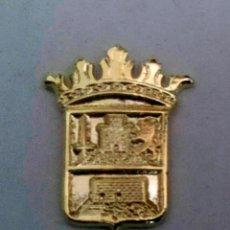 Pins de colección: PIN ESCUDO HERÁLDICO DE ALHAMA DE MURCIA - MURCIA - DORADO. Lote 181714390