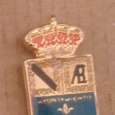Pins de colección: PIN ESCUDO HERÁLDICO VILLAMANRIQUE DE LA CONDESA - SEVILLA. Lote 183096551
