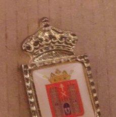 Pins de colección: PIN ESCUDO HERÁLDICO BAEZA - JAÉN. Lote 183096602