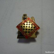 Pins de colección: MAGNIFICO ANTIGUO PIN INSIGNIA ESMALTADO AGRUPACION AJEDRECISTA DE SANTA COLOMA DE QUERALT. Lote 184763608
