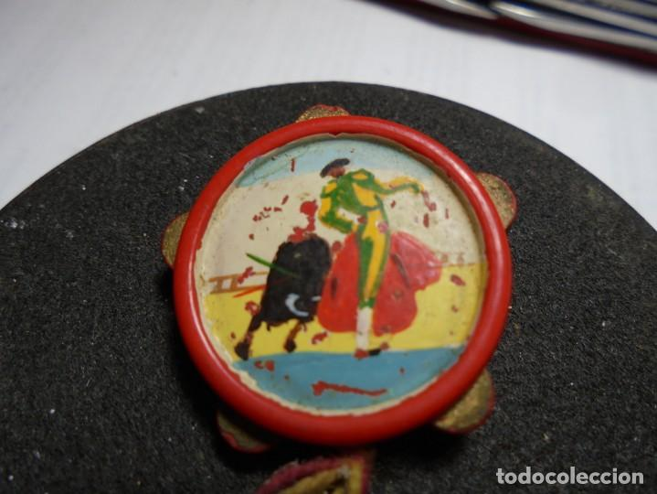 Pins de colección: magnifico antiguo pin de aguja con pandereta y castañuelas pintadas a mano de tauromaquia - Foto 2 - 185212352