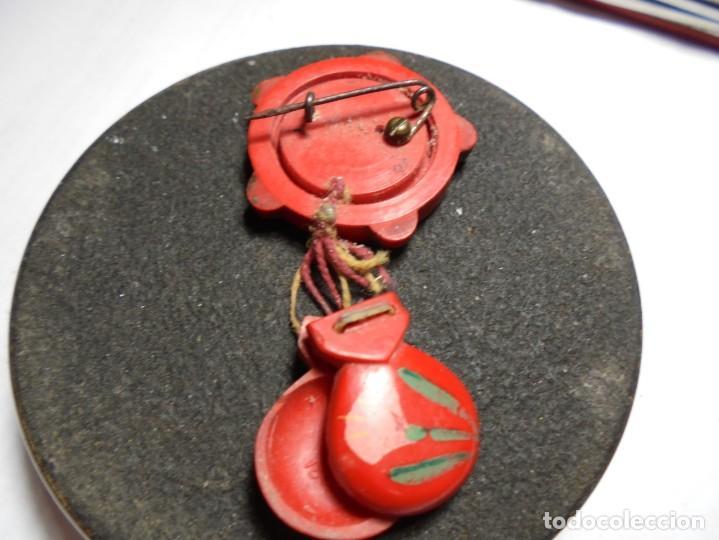 Pins de colección: magnifico antiguo pin de aguja con pandereta y castañuelas pintadas a mano de tauromaquia - Foto 3 - 185212352