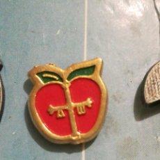 Pins de colección: PIN MANZANA CON CRUZ VICTORIA ASTURIAS. Lote 187541008