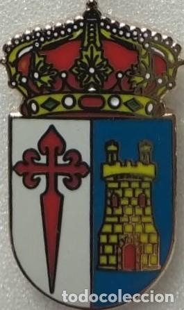 PINS CON ESCUDO HERALDICO MUNICIPAL AYUNTAMIENTO DE VALLE DE LA SERENA. BADAJOZ. EXTREMADURA (Coleccionismo - Pins)